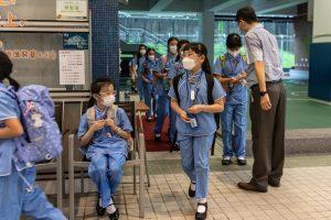 1 Cuando las escuelas reabrieron esta primavera los estudiantes recibieron desinfectante de manos a su llegada