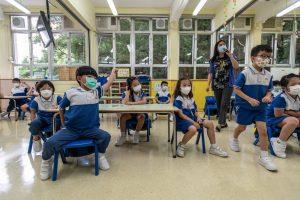 6 Los niños y el personal usan máscaras dentro del aula