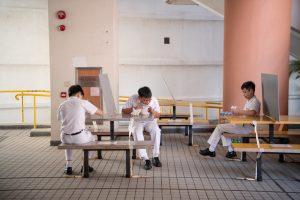 7 Para la hora de la merienda las mesas están socialmente distanciadas y algunas tienen divisores